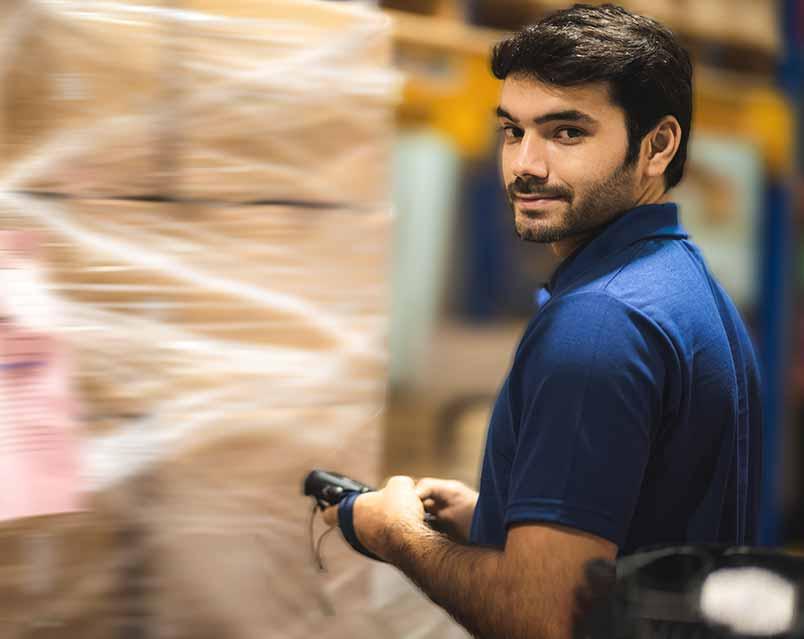 Lager Arbeiter beim Wareneingang Scan Vorscheu
